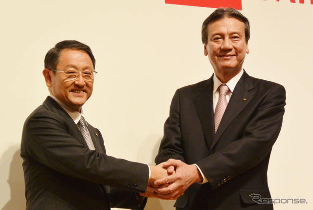 Akio Toyota President to shake hands at a joint press conference with President of Daihatsu Mitsui regular