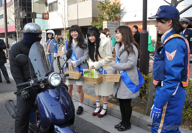"Valentine's day is approaching ""like love driving"" of called for driving on a motorcycle, and then distribute the chocolate (12, Shinjuku-ku)"