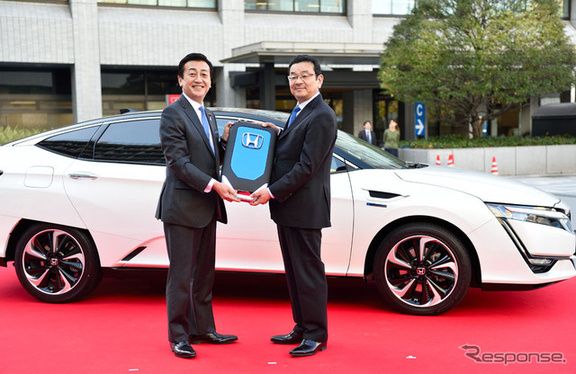 Honda clarity fuel cell delivery ceremony at the Ministry of economy, trade and industry