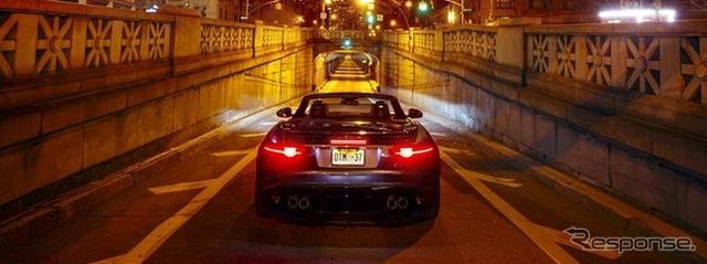 Jaguar F jenis SVR memblokade terowongan di AS New York, memamerkan knalpot suara