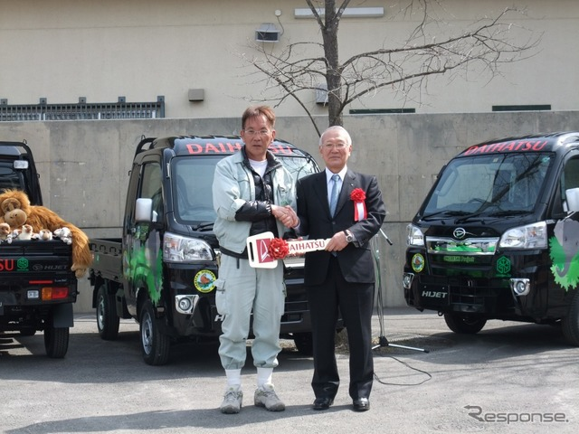 President bando-former head asahiyama Zoo (left) and Daihatsu INA k.