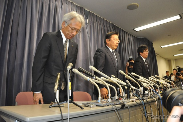Officer of Mitsubishi Motors apologized about the unfairness of the fuel (from left Nakao Tero Vice President and President, Tetsuro Aikawa Noticeboards for shop, the following executive officers)