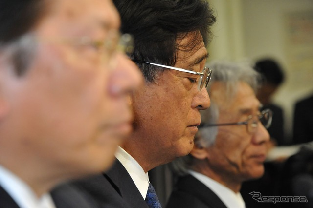 To resign to return compensation Mashiko, President (Center), Aikawa, t. President (front), Nakao Tero Vice President (back), (18, Ministry)