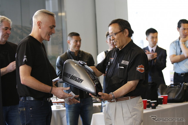 Fuel tank contains the autograph from the staff of the HDJ and H-D Asia Pacific was presented to President Ohtsubo