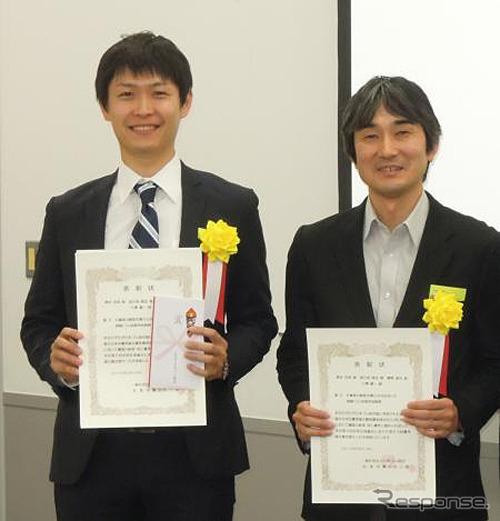 เคซุ (ซ้าย) รับรางวัลและนาย Naoya อะมิโน