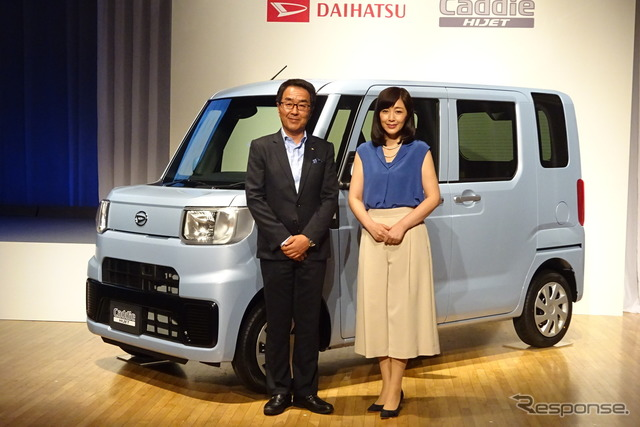 Ms. Kikuchi Momoko Ueda Toru senior officers attended the presentation of the new mini, Daihatsu (left) and actress