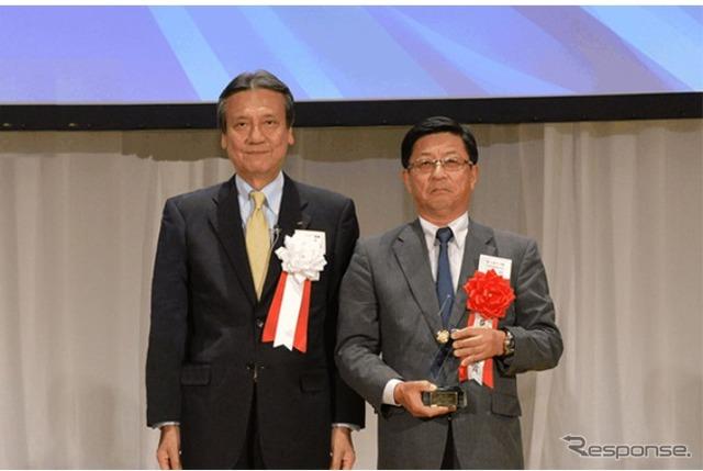 Daihatsu Industries president Masanori Mitsui (left) and Fujitsu Ten president Akira Yamanaka (right) at awards ceremony