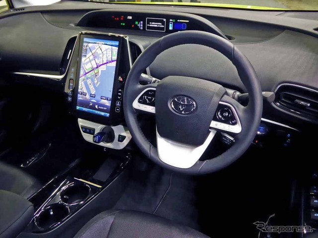 The new Prius PHV driving around 11.6-inch large-screen monitor was placed in the Center