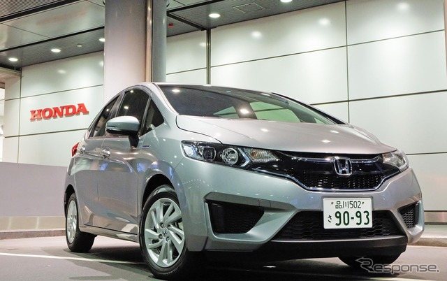Borrow the fit hybrid in the Hong motor company Hey just before President takanobu Ito at the door But tough inside the Honda looks bright