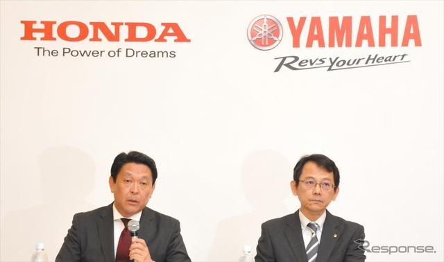 Honda's chief operating officer for motorcycle operations Shinji Aoyama and Yamaha managing executive officer Katsuaki Watanabe at commemorative ceremony