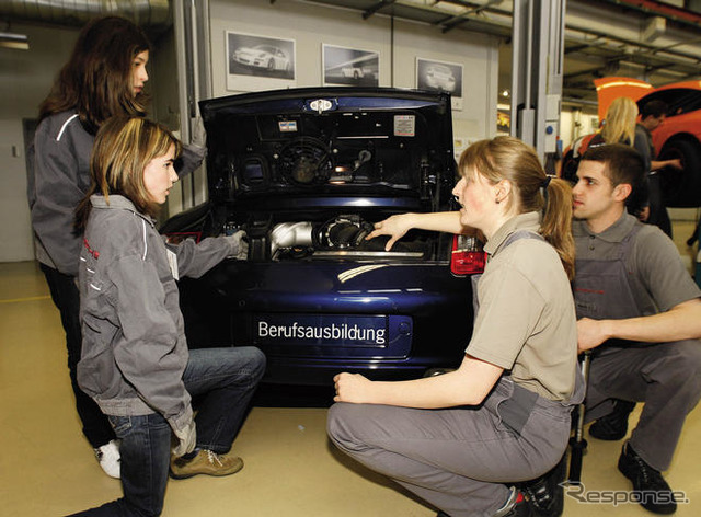 Porsche AG, which fit the girls day Germany of 30 female students age 13-15 Porsche headquarters in Stuttgart and invite to vocational technical systems in the automobile industry is attractive for women.