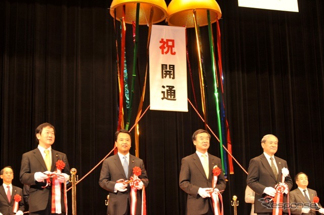 Ribbon-cutting ceremony was conducted at Ebina city cultural Hall in stormy weather effects in From the left Democrats, nakatsuka Kazuhiro warmers, LDP and Amari Akira warmers, Matsuzawa Governor of Kanagawa Prefecture, in Japan Highway, Hironori Yano Cha