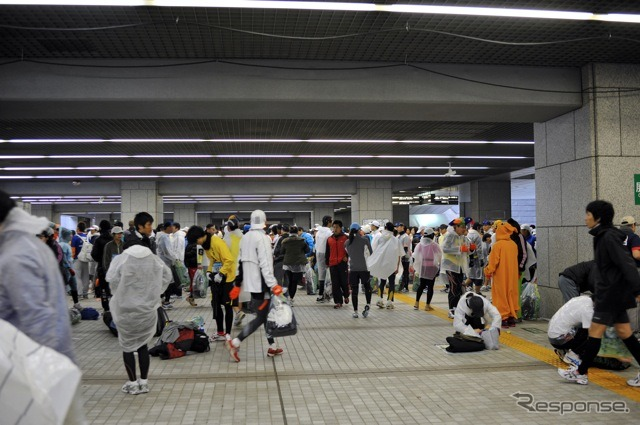 Runners start to wait for floor of Tokyo Metropolitan Government square shooting = Ishida, Koichiro