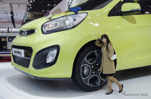 Super extra large compact cars appeared in the KIA booth Its size is so will no doubt.