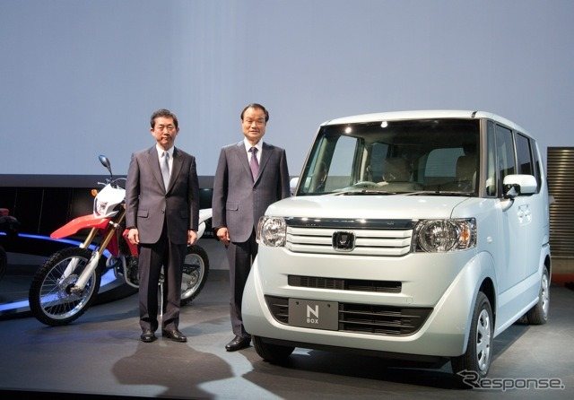 Tokyo Motor Show 2011 Honda booth Towards left, Senior Executive Officer Japan sales division 峯川 :CRF-250L, t., Itoh Takashi President Shi, N BOX
