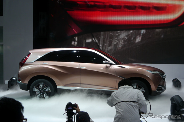 Acura Concept SUV-X started spinning, riding the Tilt/Swivel base