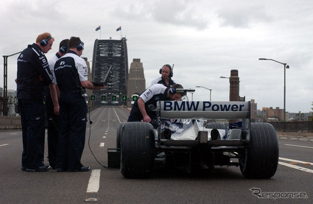 Weber, F1 cars traveling on Sydney Harbour Bridge