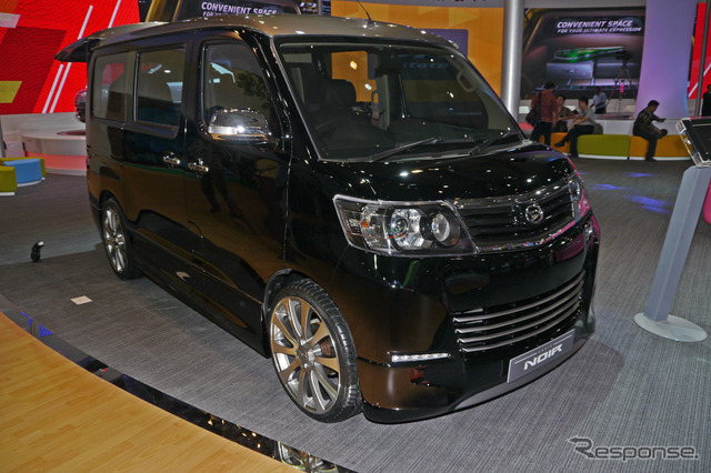 "Seven-passenger minivan ""LUXIO"" customized to look ""NOIR"""