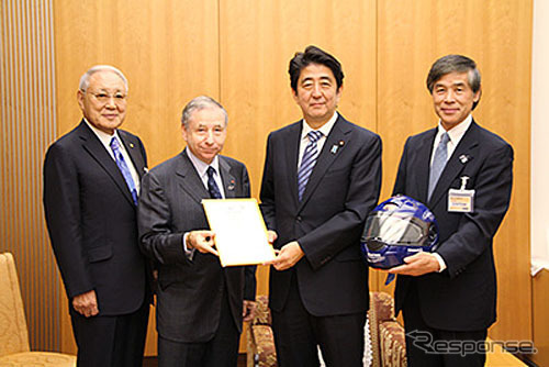 From left, Chairman of JAF oguri, Todt FIA President, Prime Minister Shinzo Abe, Vice President of JAF yashiro