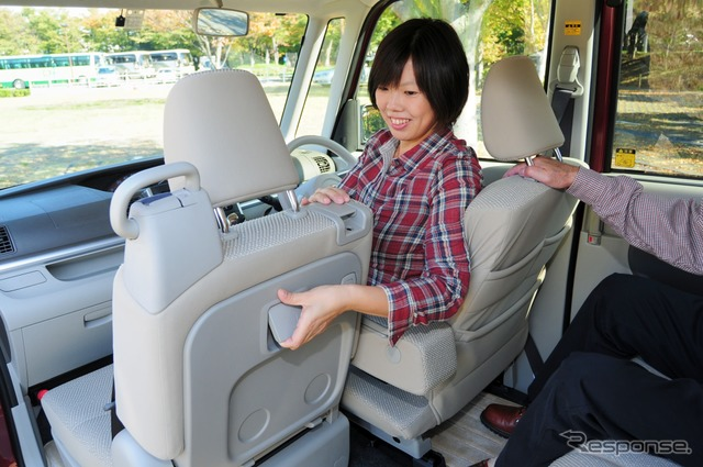 In the passenger seat seat lever from the driver's seat easier slide operation