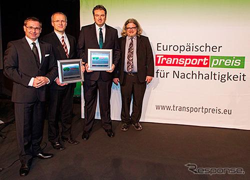 Perwakilan penjualan Eropa Dettling menerima penghargaan ( kiri kedua )