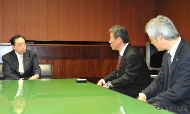 OTA Minister (left) courtesy the national motorcycle cooperatives Federation of Yoshida Chairman (inside) and Fukui, Executive Director (right)