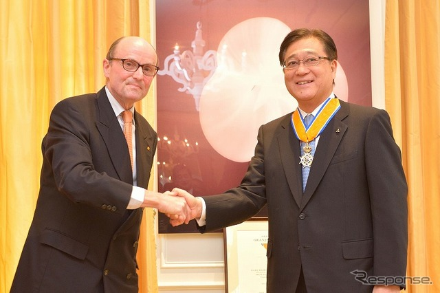 ラーディンク fan フォレンホーヴェン Ambassador of Netherlands (left) and Mitsubishi Motors President Osamu Mashiko (right)