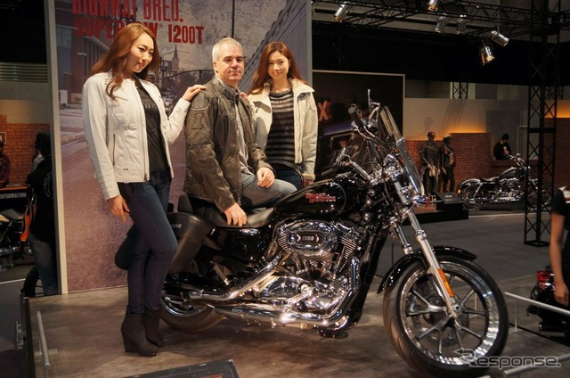 Sports star Stewart Farrell President of Harley-Davidson Japan I see Super 1200 T (Photo Center)