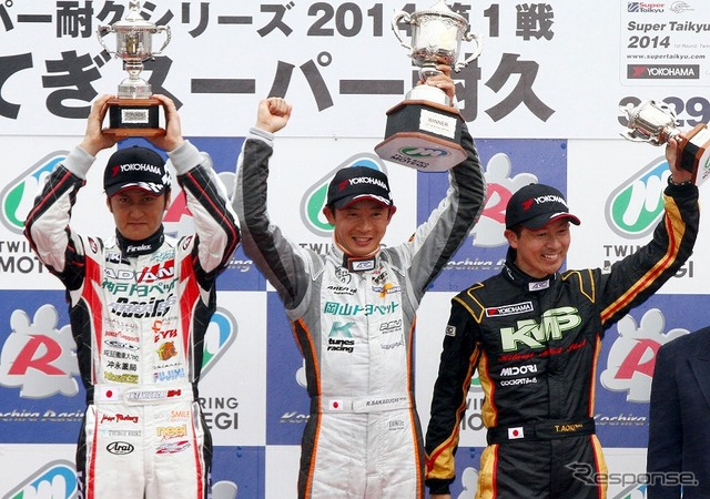 Winner Ryohei Sakaguchi (center), second place Nobuteru Taniguchi (left), third place Takayuki Aoki