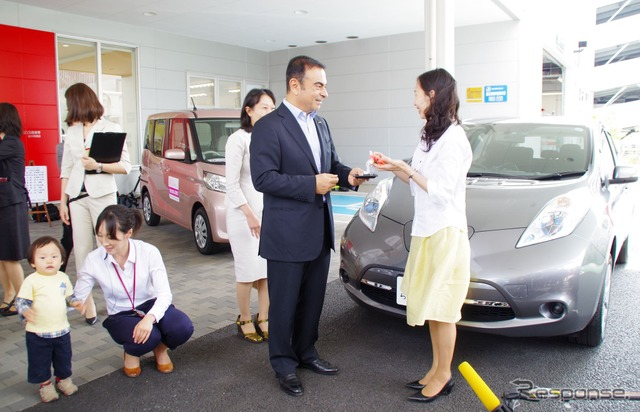 Nissan ' ladies project ' model shop visits President Carlos Ghosn Keys handed President Carlos Ghosn to leaf buyers