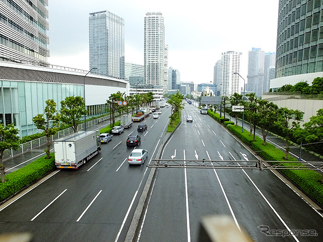 At the starting point and Mirai bridge Left is the Nissan headquarters