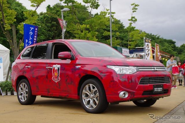 Especificaciones de Mitsubishi Outlander PHEV Urawa レッズユニ forma camuflaje