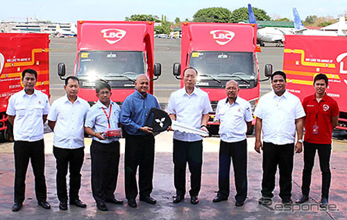 Delivery ceremony Local sales agency MMPC's marketing Vice President Junya Masuda (fourth from right) than LBC Express Inc. system, delivery, Vice President Gerard Payaoan (fourth from left) to presented a key