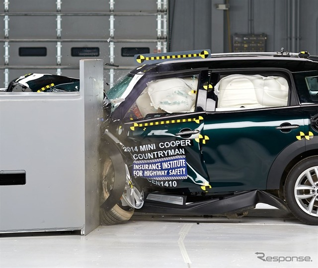 MINI crossover U.S. IIHS small overlap collision test