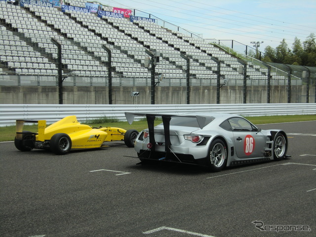 With the '86' GT300 マザーシャシー prototype car is unveiled