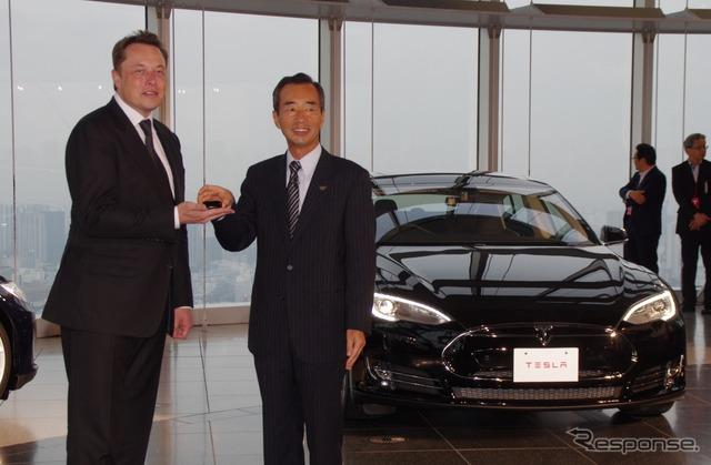 Tesla รุ่น S เริ่มจัดส่งวันที่ 8 ในญี่ปุ่น Elon และรองประธานโยะชิฮิโกะยามาดะพานาโซนิคหน้ากาก CEO (ซ้า