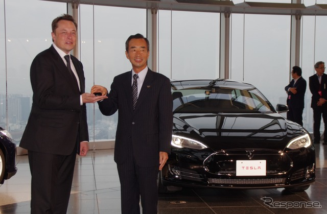 Elon, Yamada t. Vice President of Panasonic mask CEO (left) and delivery of single-owner (right)
