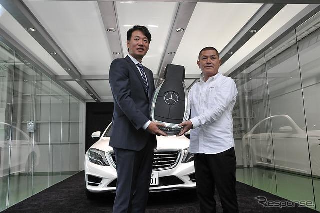 Mr. Morita was delivered to no. 1 car of Mercedes-Benz Japan Ueno President (left) and delivery corner