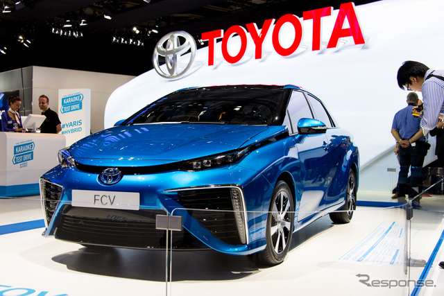 Toyota FCV Sedan concept at 2014 Paris Motor Show