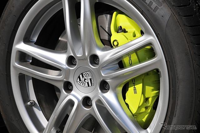 Brake caliper acid green symbolizes the PHEV (plug-in hybrid) in the Porsche