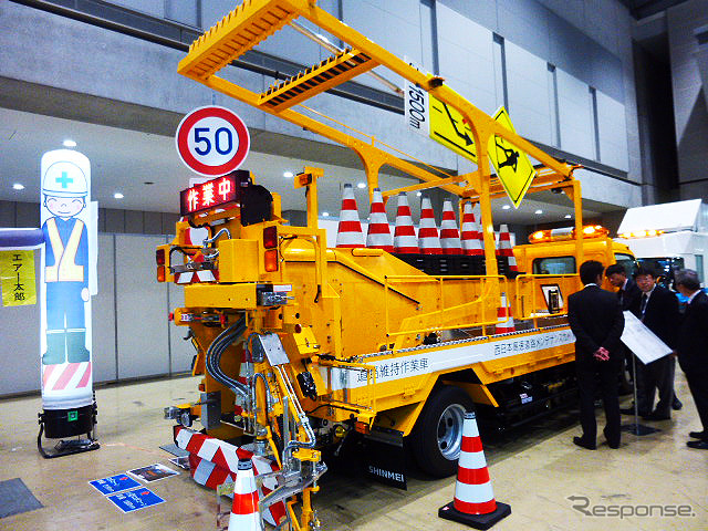"""West Japan high speed road maintenance in signs with lover corn automatic installation recovery vehicle """"robocon"""" ( highway techno fair 2014 )"""