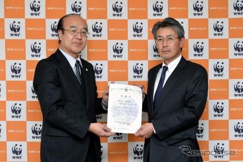 Morita Fumio Yokohama Rubber Board Director takamasa Secretary-General of WWF Japan Higuchi (left) receives the certificate of appreciation