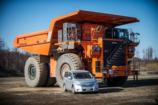 Nissan Elgrand and Hitachi construction equipment dump truck