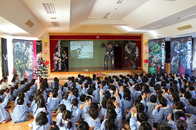 Surprise visit to Chiba kindergarten children excitement, Optimus Prime (C) 2014 PARAMOUNT PICTURES. ALL RIGHTS RESERVED. HASBRO, TRANSFORMERS and all related characters are trademarks of Hasbro. (C) 2014 Hasbro. All Rights Reserved.