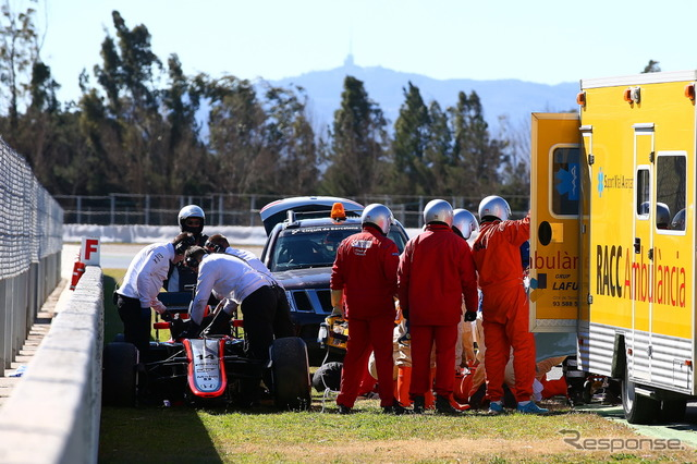 Fernando Alonso will be rescued by medical team after the crash,