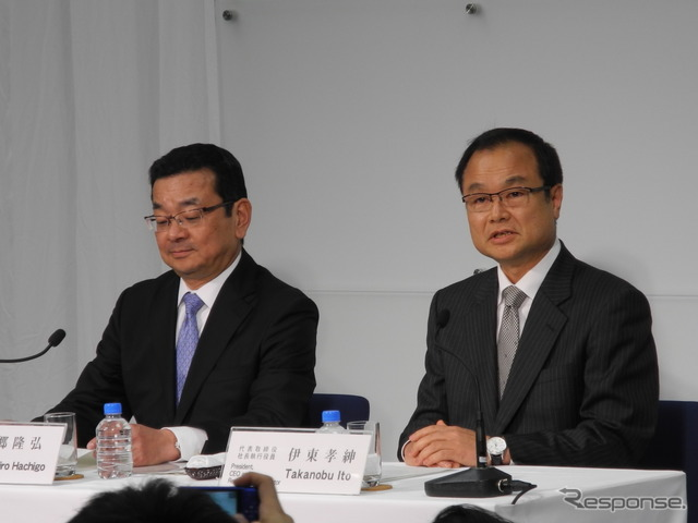 Changing president conference. President Takanobu Ito (right) and Managing Executive Officer Takahiro Hachigo