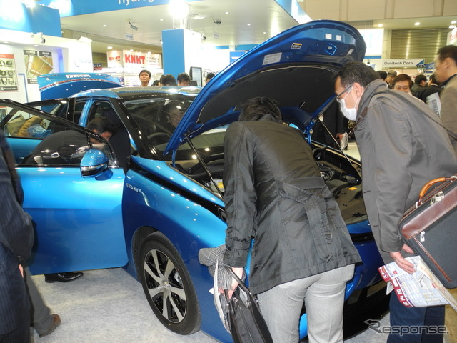 People who came to scrutinize the Toyota Mirai came one after another