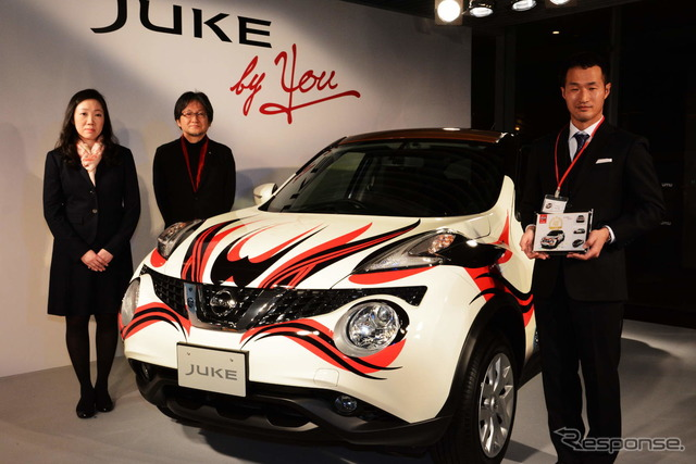 From the right: grand prize winner Sugimoto, Nissan Design Division Director Akiyama, and Marketing Division Director Kozuka