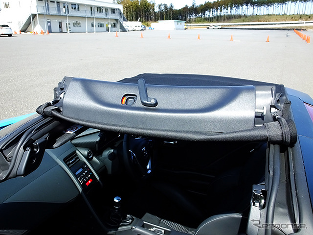 The Honda S660 has a roll type roof that can be rolled up from the left or right. It has a different way of opening and closing than that of the Beat.