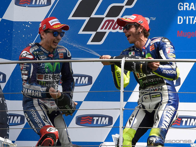 Jorge Lorenzo (left) and Valentino Rossi (Yamaha)